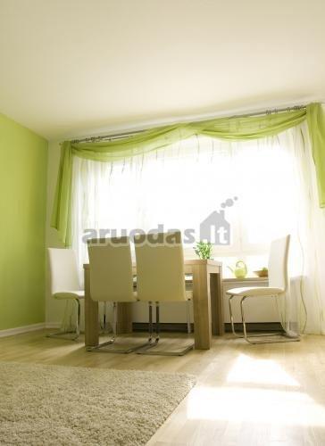 žalia sienų spalva, deranti su užuolaidomis