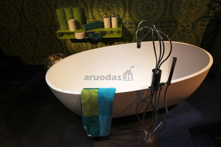 žalia spalva vonios kambario interjere