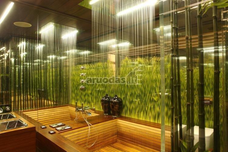 žalia žolės imitacija vonios kambaryje