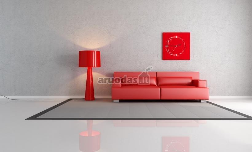 Raudoni akcentai nespalvotoje svetainėje