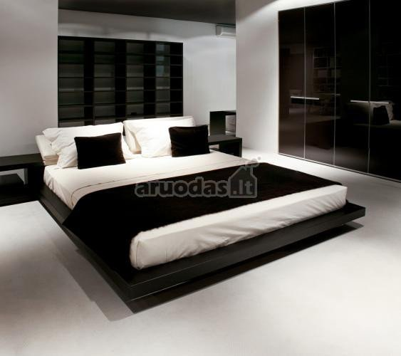 Ryškus, juoda - balta miegamojo interjeras