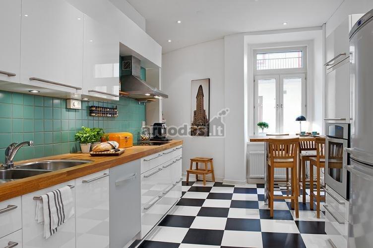 šachmatinės grindys ir baltas interjeras
