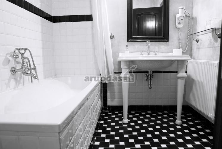 Juodai baltas vonios kambarys