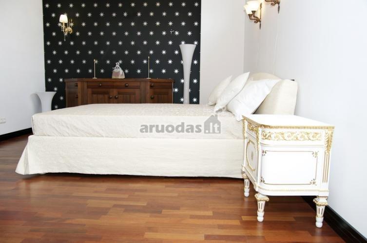 Miegamojo akcentas - juoda siena, dekoruota baltomis žvaigždutėmis