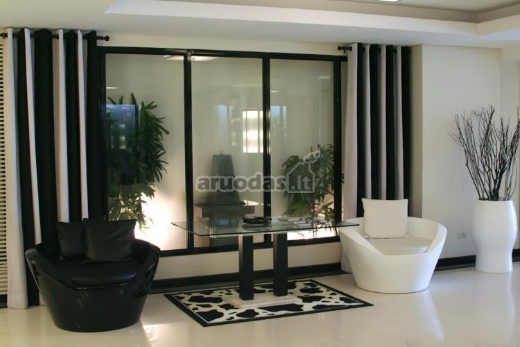 Simetriškų formų, juoda - balta interjeras
