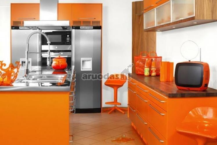 Ryškiai oranžinės virtuvinės spintelės