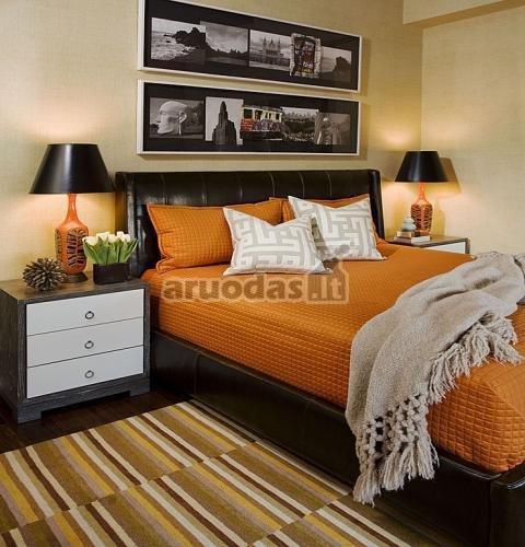 Oranžinis lovos užtiesalas miegamojo interjere