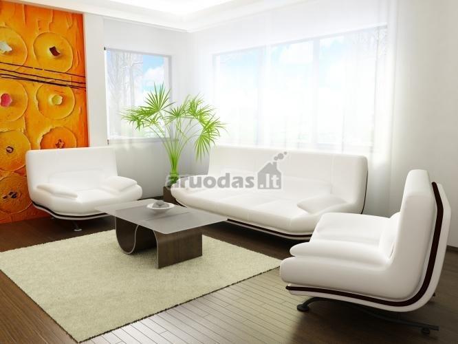Oranžinis akcentas šviesiame kambario dizaine
