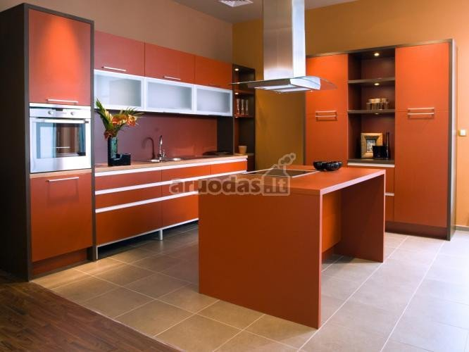 Matinė oranžinė virtuvės baldų spalva