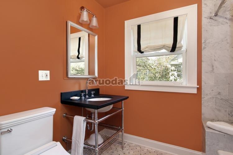 Oranžinės vonios kambario sienos
