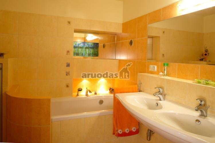 Oranžinis vonios kambario interjeras