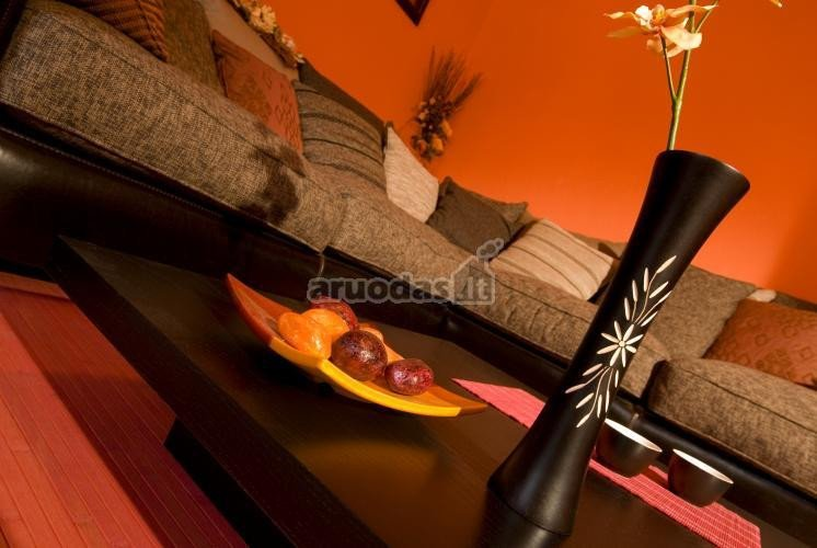 Oranžinės sienos svetainėje