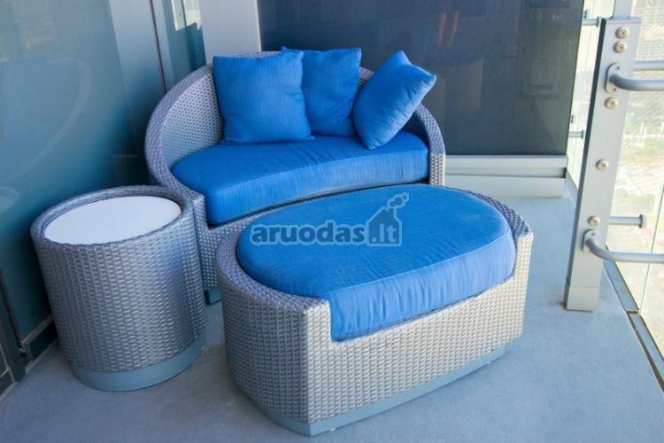 Mėlyna spalva lauoko baldų dizaine