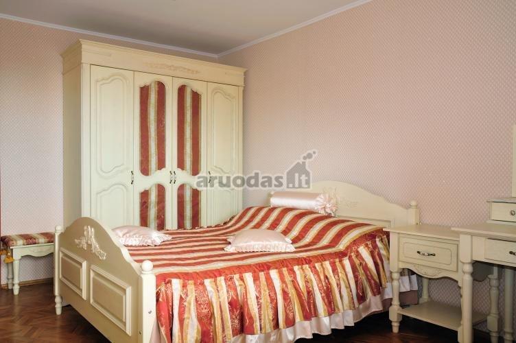 Rausvi akcentai baltame miegamajame