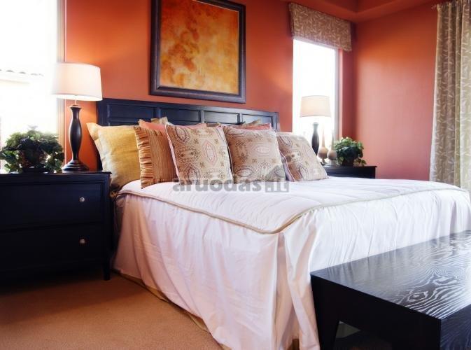 Rožinės miegamojo sienos