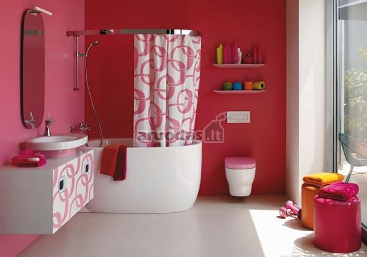 Rausva - balta vonios interjeras