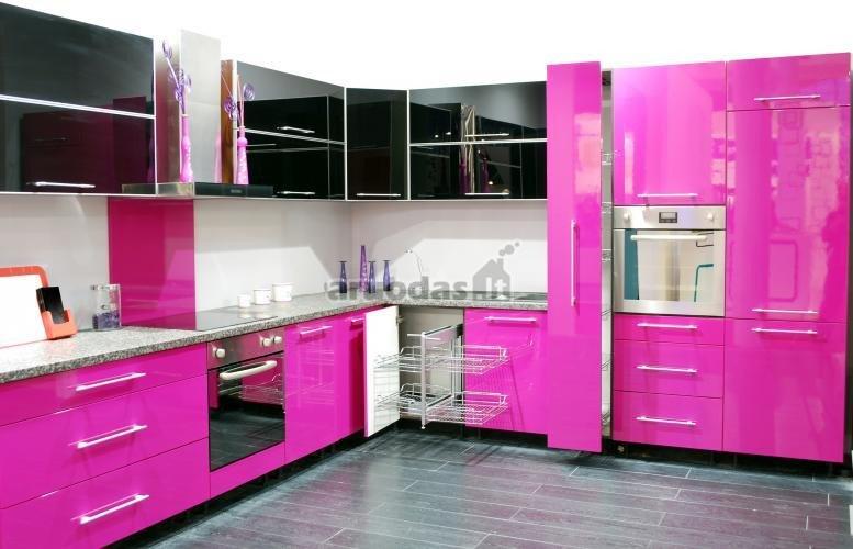 Ryškus, rožinis virtuvės interjeras