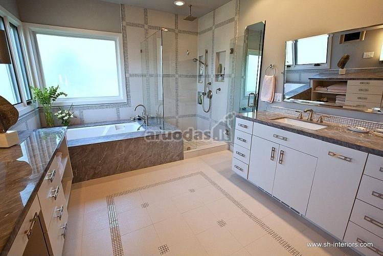 Pilkas marmuras vonios kambaryje