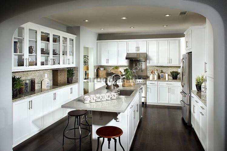 Balta - pilka virtuvės interjeras