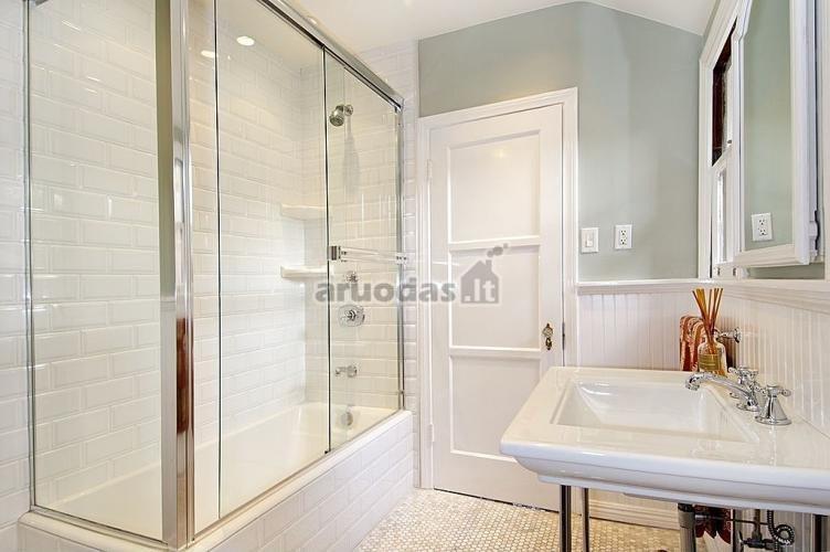 Baltas vonios kambario interjeras su keletu pilkų detalių