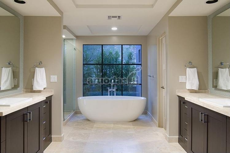 Pilkų spintelių akcentas vonios kambaryje