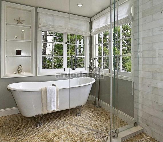 Pilkos vonios kambario sienos