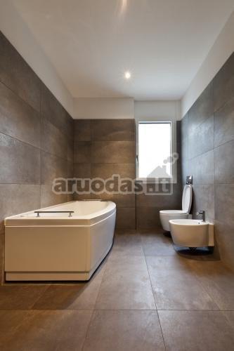 Pilkos, didelės vonios kambario plytelės