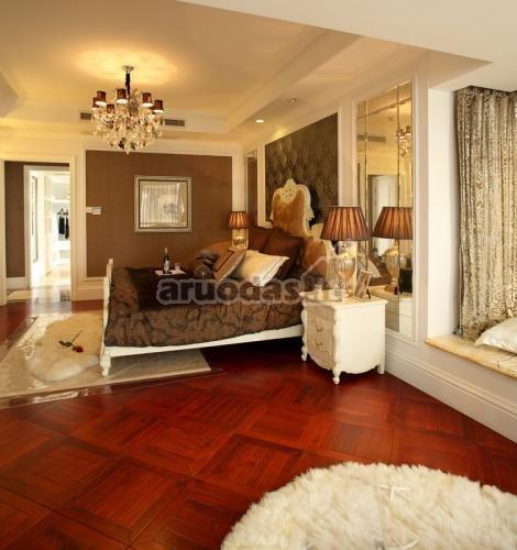 Ryškios rudos miegamojo grindys