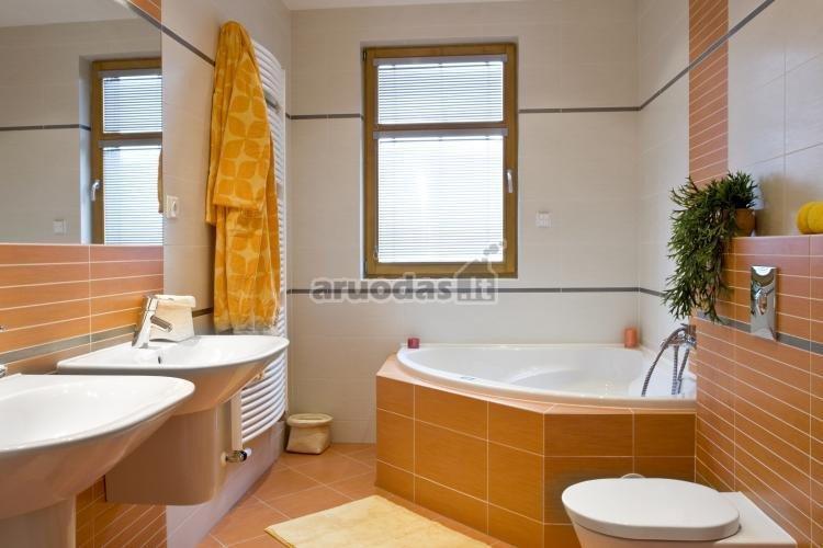 šviesiai rudas vonios kambario akcentas