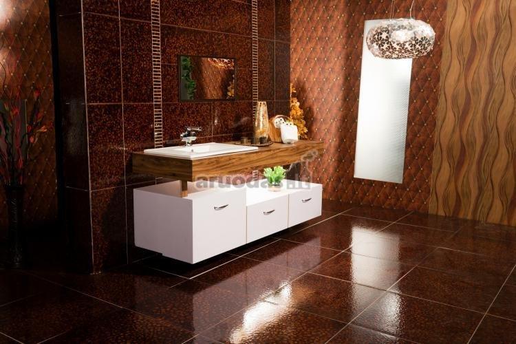 Rudas vonios kambarys su balta spintele