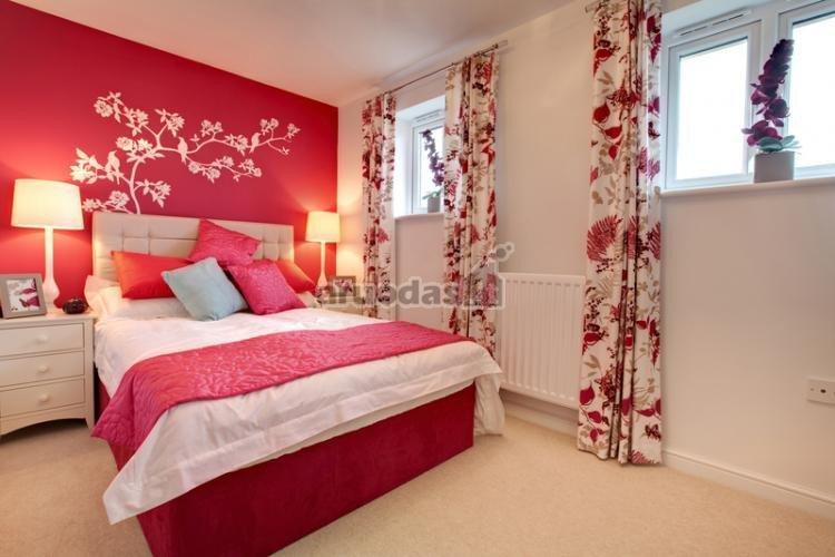 Ryškiai rožinė spalva miegamojo interjere