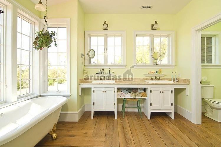 Kreminės spalvos vonios kambario interjeras