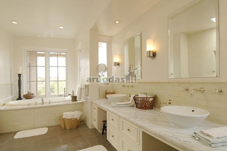 šviesios spalvos vonios kambaryje