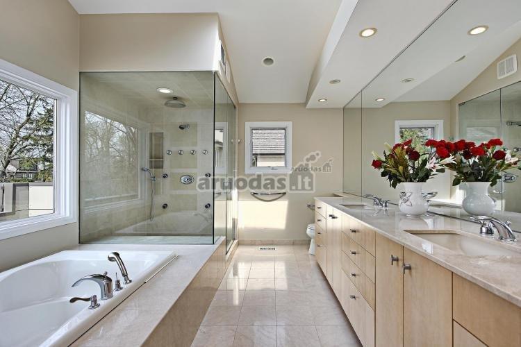šviesus vonios kambarys