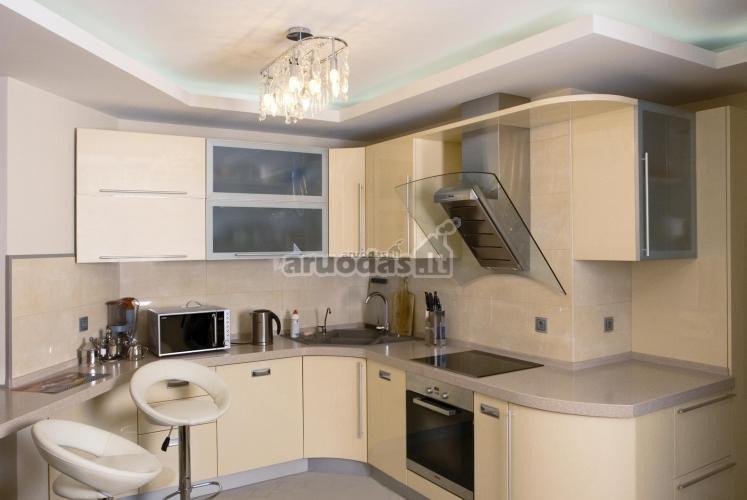 Moderni, šviesių spalvų virtuvė