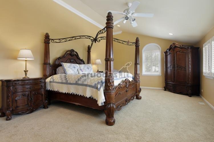 šviesus interjeras ir rudi miegamojo baldai