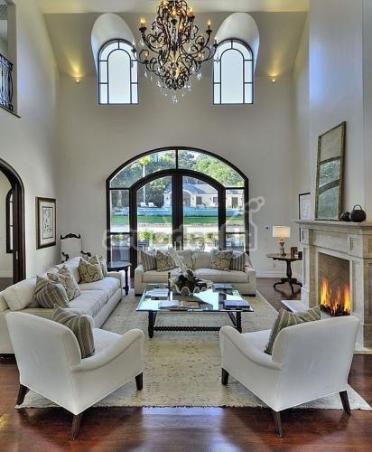 šviesus kambarys, paryškintas rudais rėmais
