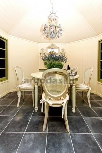 šviesaus interjero ir juodų grindų kontrastas