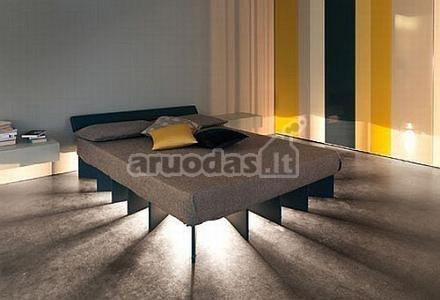 šviesa, sklindanti iš po lovos
