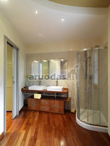 Medinė vonios spintelės su praustuvais konstrukcija