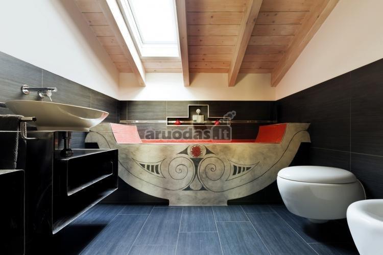 Medinės vonios kambario lubos