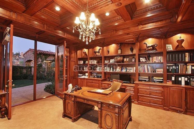 Mediniai baldai ir lubos, derinami kartu