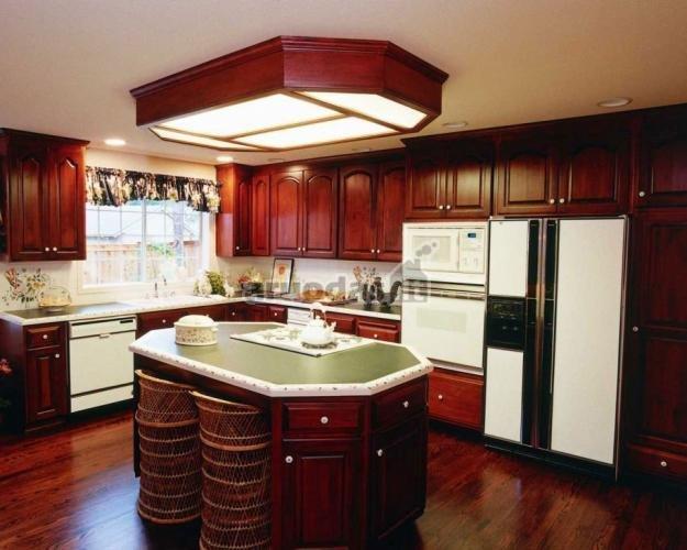 Ryškus medžio akcentas virtuvėje