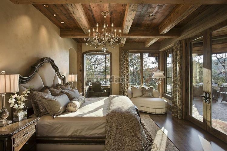 Medinės, neišdirbtos miegamojo lubos