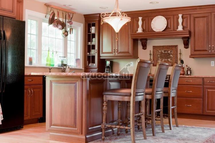 Rudo medžio virtuvės interjeras
