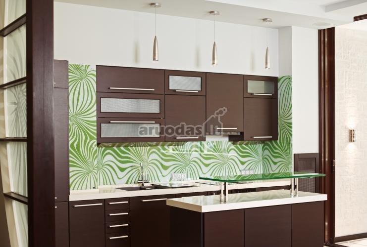žalias ornamentas ant virtuvės sienos