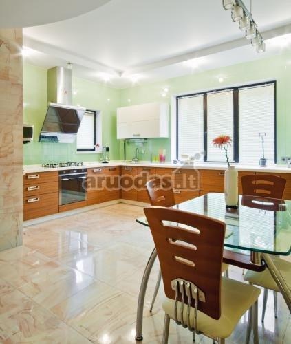 šviesiai žalios virtuvės sienos