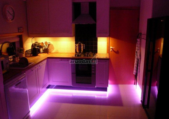 Violetine spalva apšviesta virtuvė