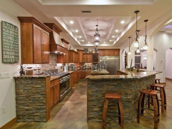Virtuvinės spintelės, dekoruotos plytų tekstūra