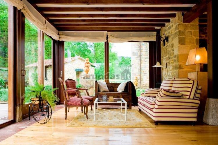 Jaukus verandos stilius, dekoruotas plytų tekstūra